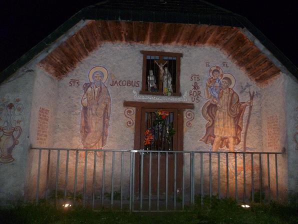 Départ de nuit de l`aire de stationnement des Granges d`Astau 1130 m, passage devant l`oratoire