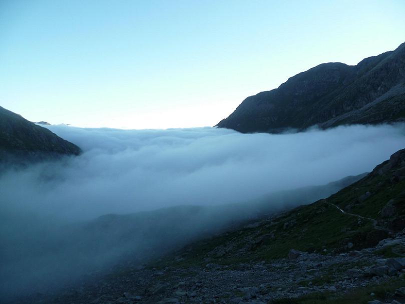 Après la Coume de l`Abesque, passage au-dessus de la mer de nuages