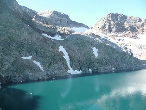 Après la traversée du barrage, passage au-dessus de la rive droite du lac du Portillon