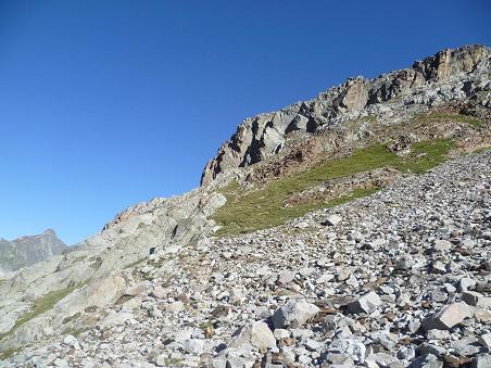 Montée vers le pic Lézat en visant la base de cette falaise