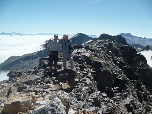Arrivée au sommet du pic Lézat 3107 m, le massif Aneto Maladeta et les Crabioules dans le dos