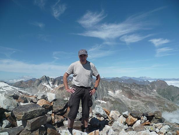 Au sommet du pic Lézat 3107 m, devant les Gourgs Blancs, le Vignemale et le Néouvielle