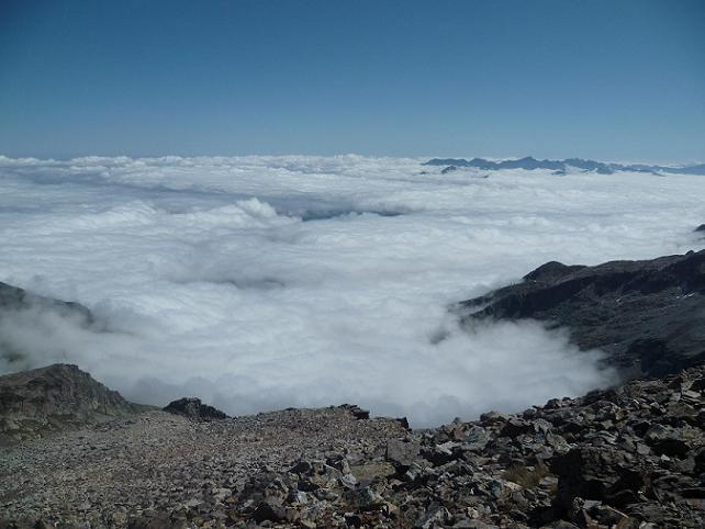 Du sommet du pic Lézat 3107 m, la mer de nuages déchaînée à l`assaut des Pyrénées