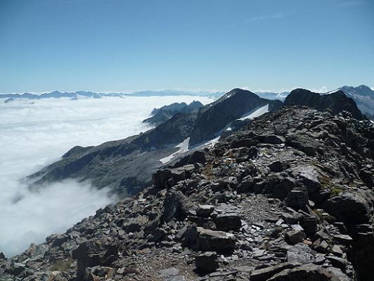 Du sommet du pic Lézat 3107 m, la mer de nuages, les pics de Maupas, des Crabioules et d`Aneto