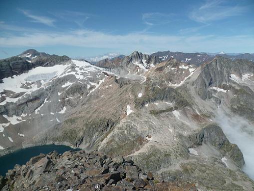 Du sommet du pic Lézat 3107 m, le pico Posets, les pics des Gourgs Blancs et de Bachimale et le Vignemale