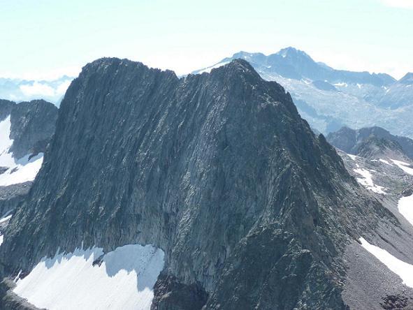 Du sommet du pic Lézat 3107 m, les pics des Crabioules sur fond de massif Aneto Maladeta