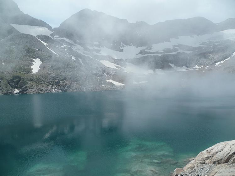 Les nuages remontent vers le lac du Portillon, lors de la traversée du barrage