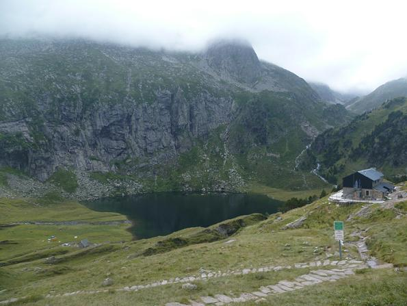 Du col d`Espingo 1967 m, le lac et le refuge d`Espingo