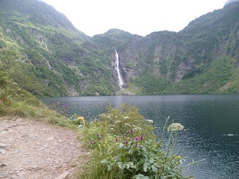 Le lac d`Oô 1504 m, et sa cascade