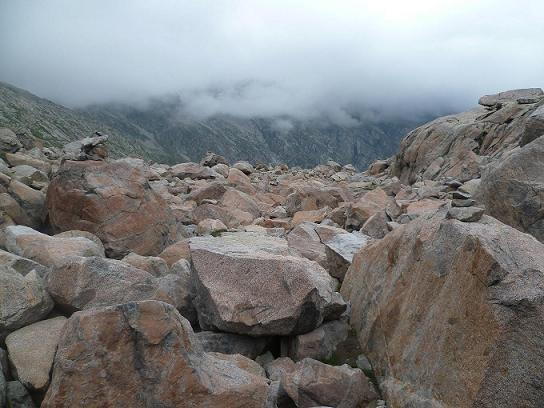 Après le laquet coté 2591, encore une zone de gros blocs de granit à traverser