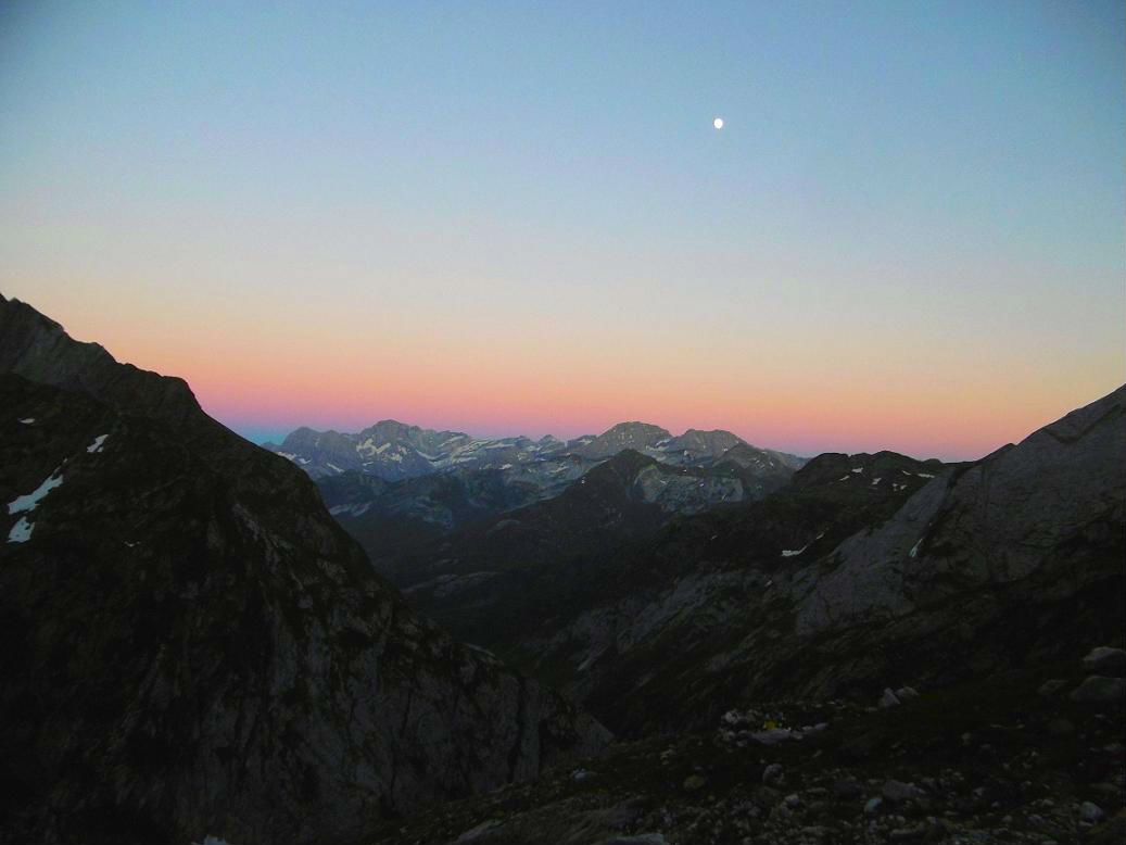 Crépuscule depuis le bivouac près des grottes Bellevue, devant les sommets de Gavarnie