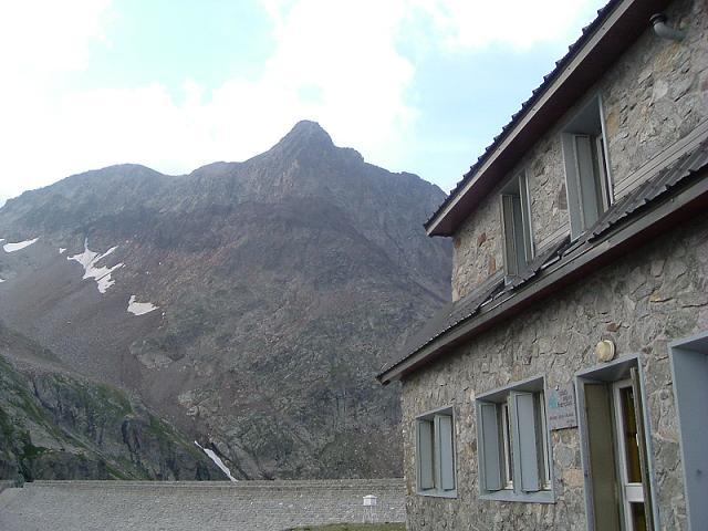 Passage devant le refuge Jean Arlaud pour passer ensuite sur le barrage du portillon