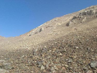 Du collado de Argualas 2780 m, la raide face Sud d`éboulis croulants du pico de Garmo Negro