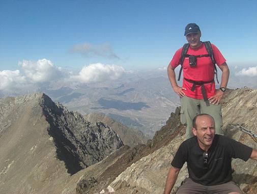 11 h 15 sommet du pico de Garmo Negro 3051 m, devant le pico de Algas Norte