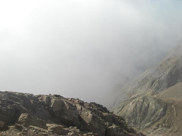 Du sommet du pico de Garmo Negro, le collado de Argualas dans les nuages