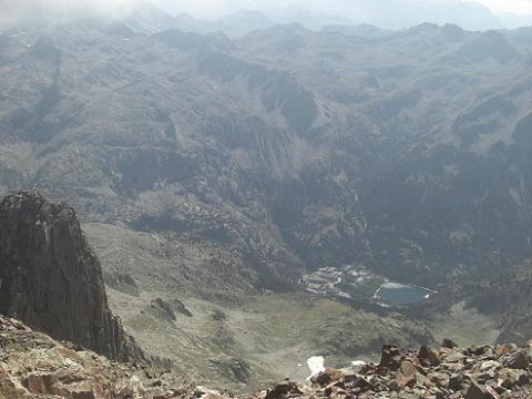 Du sommet du pico de Garmo Negro, 1400 mètres plus bas, le Balneario de Panticosa