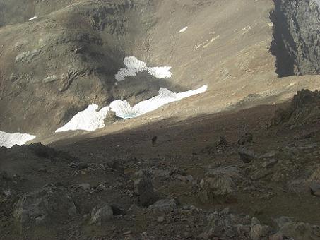 Du sommet du pico de Garmo Negro, la raide descente vers la cuvette Argualas-Algas-Garmo Negro