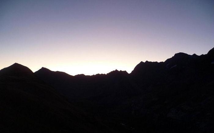 Depuis le col de Tentes 2208 m, le jour se lève sur la crête du Piméné au Marboré
