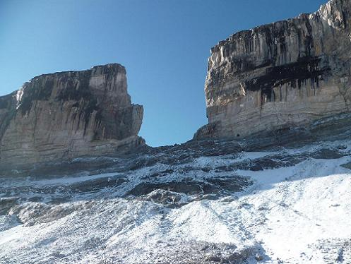 Arrivée au pied du glacier de la Brèche 2721 m, sous la Brèche de Roland