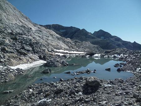 Progression vers le Monte Perdido, les névés ont laissé la place à des laquets