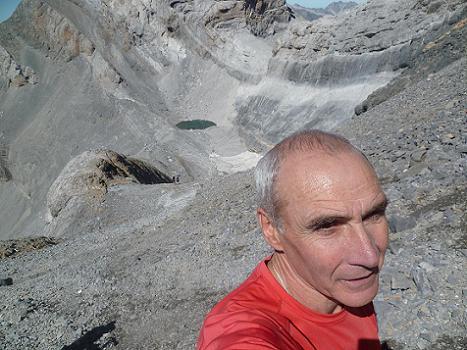 Remontée des éboulis croulants du couloir Nord-Ouest du Monte Perdido, au-dessus du Pequeno Lago Helado