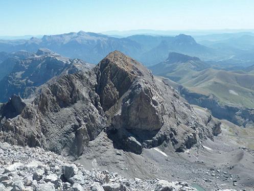 Du sommet du Monte Perdido 3355 m, le Soum de Ramond et le massif de Posets