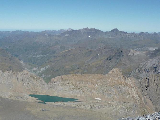 Du sommet du Monte Perdido 3355 m, le lago Helado ou lac Glacé du Marboré ou de Tuquerouye et le massif pic Long Néouvielle