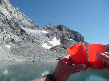 Pause restauration en bordure du Pequeno Lago Helado 2980 m, tchin tchin à la santé du Monte Perdido